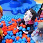 きめつのやいば、炭治郎と禰豆子がボールプールのすべり台で遊んでたら禰豆子がいない!善逸が探すけど鬼だらけ!鬼滅の刃